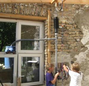 Die Jugendlichen stellen die kettenbetriebene Kurbel als Antrieb der Seilpumpe fertig.