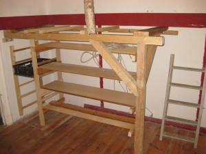 unteres Hochbett mit integriertem Regal