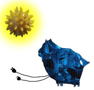 Katze aus Photovoltaik hat Stecker und wird von Sonne beschienen.